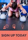 Mulher que exercita com os sinos da chaleira no gym Imagens de Stock
