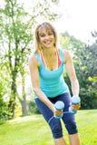 Mulher que exercita com pesos no parque Imagens de Stock Royalty Free