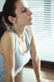 Mulher que exercita e que estica Imagem de Stock Royalty Free