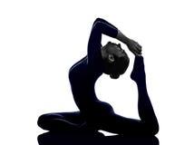 Mulher que exercita Eka Pada Rajakapotasana um rei equipado com pernas Pigeon Fotografia de Stock Royalty Free