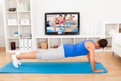 Mulher que exercita em casa imagens de stock royalty free