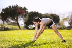 Mulher que exercita em exterior Imagens de Stock
