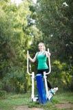 Mulher que exercita em um instrutor Fotografia de Stock Royalty Free
