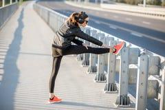 Mulher que exercita fora na ponte fotografia de stock royalty free
