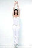 Mulher que exercita a ginástica aeróbica que estica a ponta do pé dos braços Fotos de Stock