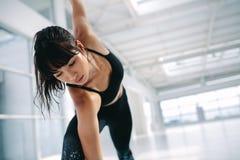 Mulher que exercita a ioga no health club foto de stock
