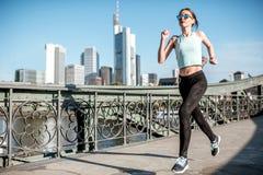 Mulher que exercita na cidade de Francoforte imagem de stock royalty free