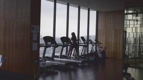 Mulher que exercita na ginástica filme