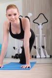 Mulher que exercita na ginástica fotos de stock royalty free