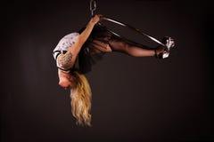 Mulher que exercita no lyra Foto de Stock Royalty Free