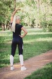 Mulher que exercita no parque Fotografia de Stock Royalty Free