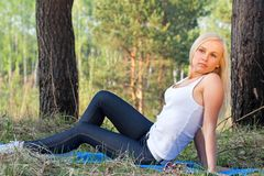 Mulher que exercita no parque imagem de stock royalty free