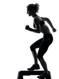 Mulher que exercita o aerobics da etapa Foto de Stock
