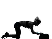 Mulher que exercita o aerobics da etapa Imagens de Stock Royalty Free