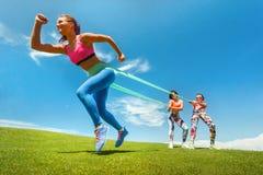 Mulher que exercita o elástico da resistência Fotografia de Stock Royalty Free