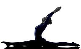 Mulher que exercita a silhueta da ioga da pose do macaco de Hanumanasana Fotos de Stock