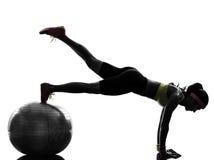Mulher que exercita a silhueta da posição da prancha do exercício da aptidão Imagem de Stock