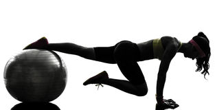Mulher que exercita a silhueta da posição da prancha do exercício da aptidão Imagem de Stock Royalty Free
