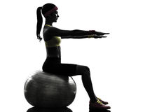 Mulher que exercita a silhueta do exercício da bola da aptidão imagem de stock royalty free