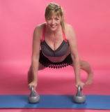 Mulher que exercita usando sinos da chaleira Foto de Stock Royalty Free
