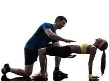 Mulher que exercita wi do exercício da aptidão da posição da prancha Fotos de Stock