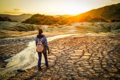 Mulher que explora vulcões enlameados Fotografia de Stock Royalty Free