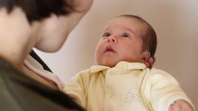 Mulher que fala ao bebê pequeno vídeos de arquivo
