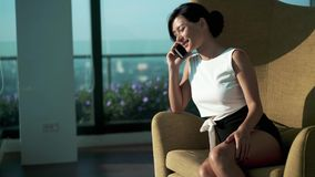 Mulher que fala ao telefone vídeos de arquivo