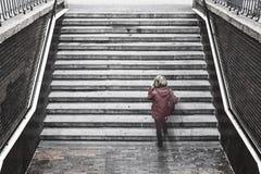 Mulher que fala com celular Vida urbana loneliness fotografia de stock royalty free