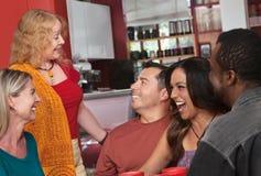 Mulher que fala com grupo diverso Foto de Stock