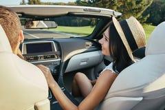 Mulher que fala com o noivo que conduz o cabriolet fotografia de stock
