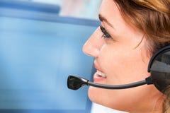 Mulher que fala em auriculares. foto de stock royalty free
