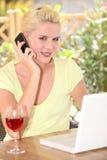 Mulher que fala em seu móbil Fotos de Stock Royalty Free