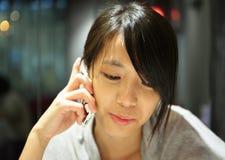Mulher que fala no telefone fotos de stock