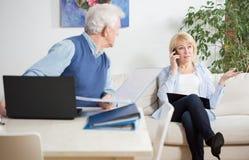 Mulher que fala no telefone Imagens de Stock