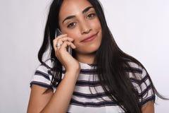 Mulher que fala no telefone Fotos de Stock Royalty Free