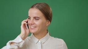 Mulher que fala no telefone vídeos de arquivo