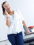 Mulher que fala no telefone celular Fotografia de Stock