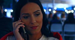 Mulher que fala no telefone celular - exterior filme