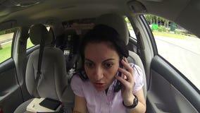 Mulher que fala no telefone celular na condução de carro vídeos de arquivo