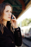 Mulher que fala no telefone de pilha Imagem de Stock Royalty Free