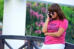 Mulher que fala no telefone de pilha fotos de stock