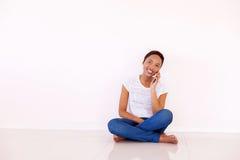 Mulher que fala no telefone esperto fotografia de stock
