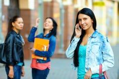 Mulher que fala no telefone móvel na rua imagens de stock royalty free
