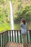 Mulher que fala no telefone na cachoeira Imagens de Stock Royalty Free