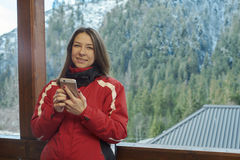 Mulher que fala no telefone na floresta do inverno fotografia de stock