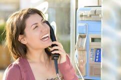 Mulher que fala no telefone público Imagens de Stock Royalty Free