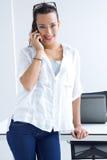 Mulher que fala no telemóvel Imagens de Stock