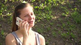 Mulher que fala pelo telemóvel video estoque
