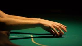 Mulher que faz a aposta pequena no pôquer, receoso arriscar e perder, novato no jogo filme